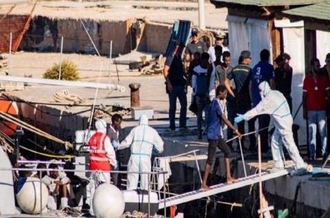 Italia Izinkan Anak-Anak Turun dari Kapal Imigran