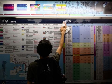 Pedemo Hong Kong Bersihkan Stasiun usai Demonstrasi