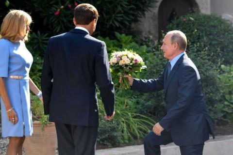 Putin Beri Buket Bunga untuk Istri Macron