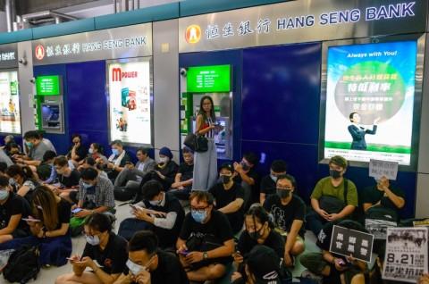 Pedemo Hong Kong Gelar Aksi Duduk di Stasiun MRT