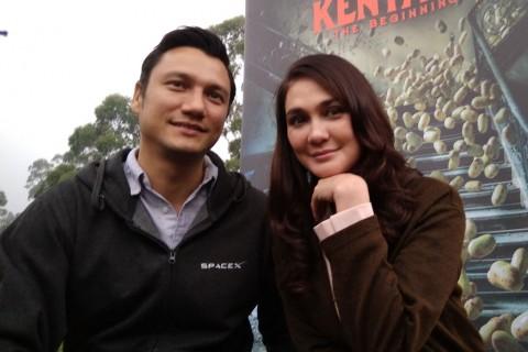 Luna Maya Naik Helikopter ke Lokasi Syuting Film Rumah Kentang