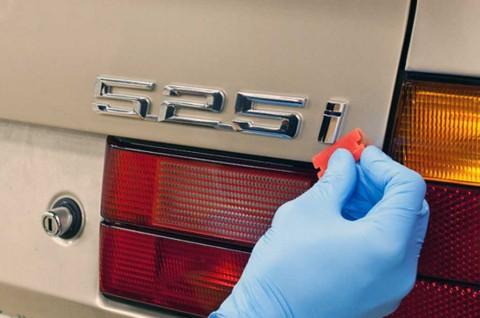 Trik Mudah Bersihkan Emblem Mobil Biar Lebih Kinclong