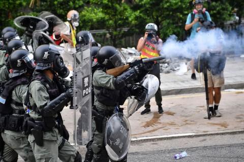 Polisi Hong Kong Berhadap-hadapan dengan Pengunjuk Rasa
