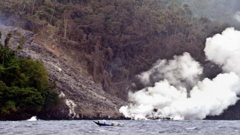 Warga Mengungsi Pascaguguran Lava Gunung Karangetang