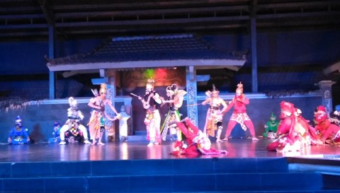 Serunya Menonton Atraksi Bola Api di Ramayana Ballet Purawisata