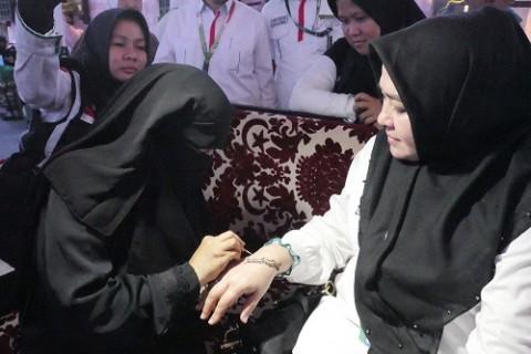 Cerita Jemaah Haji Mencoba Layanan Rias Tangan Gratis