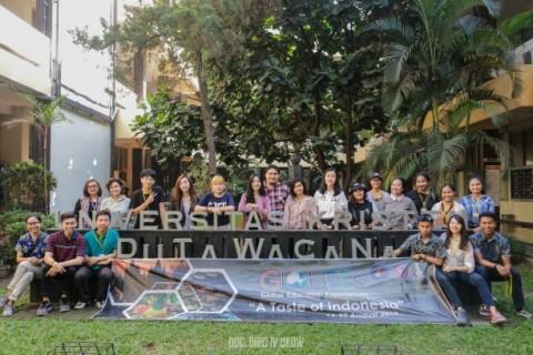 Peserta GlobEEs Belajar Arsitektur Nusantara di UKDW