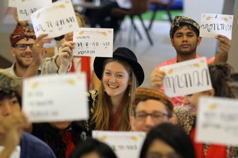 Saat Mahasiswa Asing Belajar Menulis Aksara Jawa