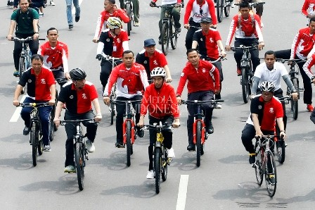 Jokowi Bersepeda di Kawasan Borobudur dan Bagikan Sertifikat