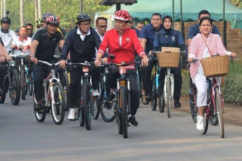 Jokowi dan Iriana Bersepeda Keliling Borobudur
