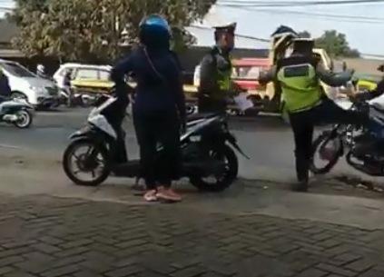 Viral, Polisi Tendang Pengendara Motor di Tangerang