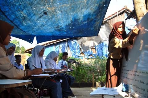 Siswa SMP di Bogor Ini Belajar di Halaman Rumah Warga
