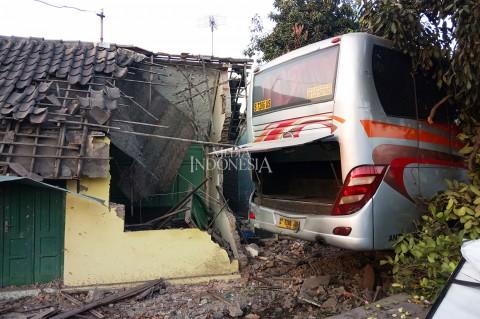 Bus Mira Tabrak Tiga Rumah di Klaten