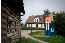 Patung Donald Trump 'Bermuka Dua' Muncul di Slovenia