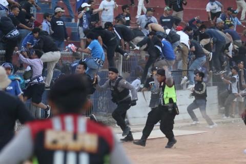 LIB Respons Bentrokan Suporter Persik vs PSIM di Kediri