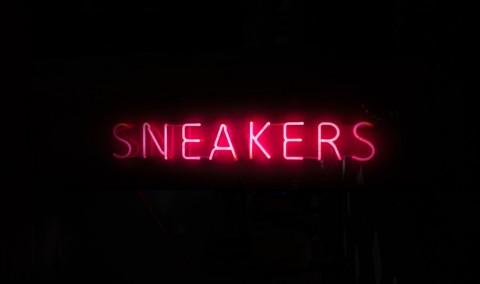 Berbagai Jenis Sepatu Sneakers dan Panduan Pemakaiannya