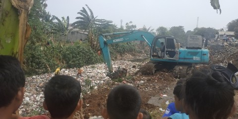 Ratusan Petugas Gabungan Angkut Sampah Kali Jambe