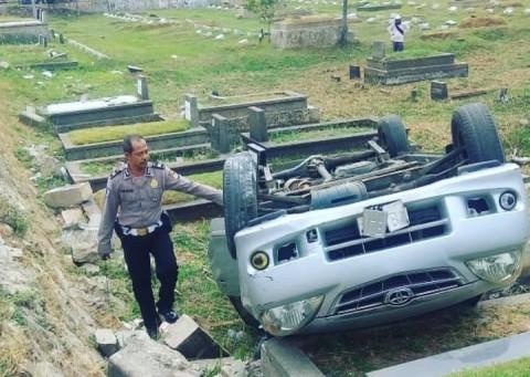 Mobil Terguling di TPU Tanah Kusir