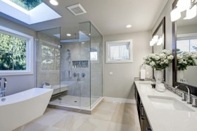 Cara Mudah Bersihkan Kaca Shower di Kamar Mandi