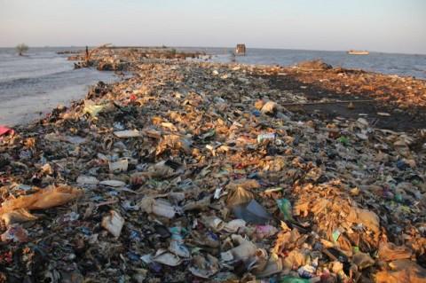 Sampah Menumpuk di Muara Sungai CIsadane