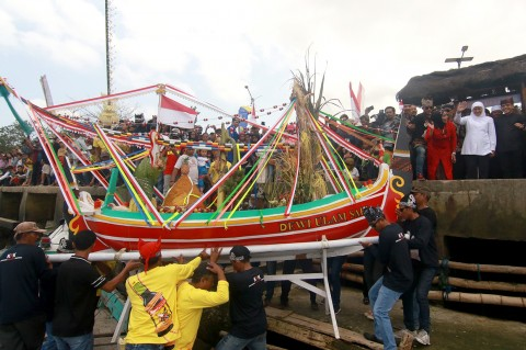 Khofifah Hadiri Tradisi Petik Laut Pancer di Banyuwangi