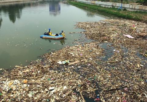 Armada Pengangkut Sampah di Muara Cisadane Masih Terbatas