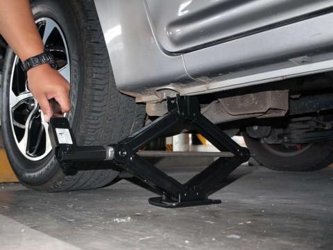 Kenali Titik Dongkrak Mobil, Jangan Asal Pasang
