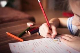 Cara Jitu Membantu si Kecil Mengerjakan PR tanpa Stres