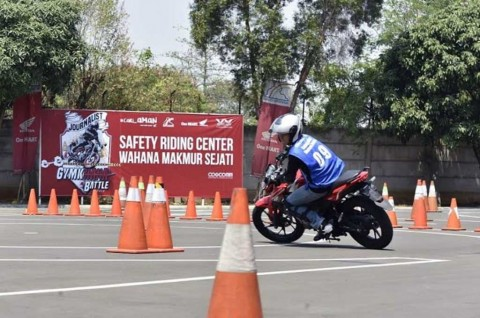Belajar Safety Riding Lewat Journalist Gymkhana Battle