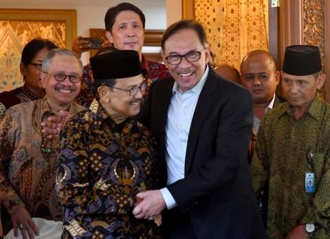 Anwar Ibrahim Kenang Habibie yang Selalu Menjaganya