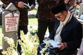 Untaian Doa dan Puisi Cinta BJ Habibie
