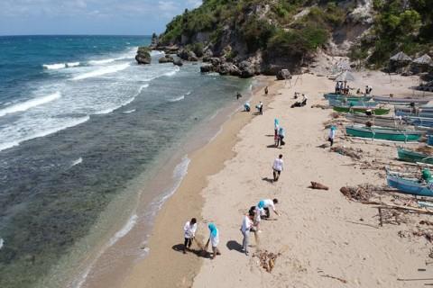 Empat Ton Sampah Dikumpulkan dari Pantai Gorontalo