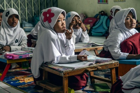 Memprihatinkan! Siswa SDN Pekayon Jaya III Bekasi Belajar Lesehan