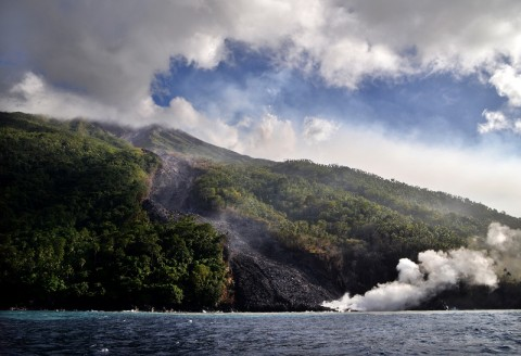Gunung Karangetang Erupsi, Warga Diungsikan