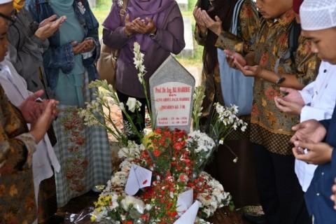 Keluarga Tak Keberatan Warga Berswafoto di Makam Habibie