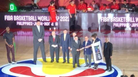 Legenda NBA Serahkan Bendera Tuan Rumah Piala Dunia Basket ke Indonesia
