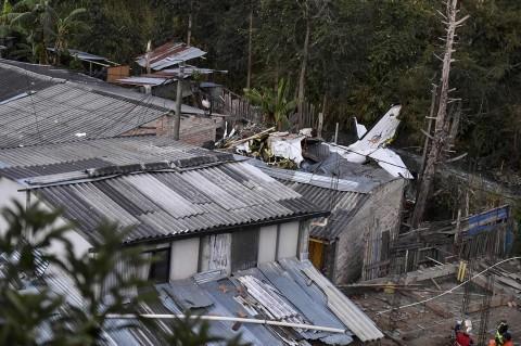Pesawat Jatuh Timpa Rumah Penduduk di Kolombia, 7 Tewas
