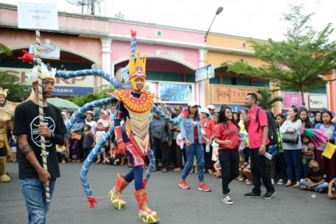 Gelar Karnaval, Mahasiswa Baru UKSW 'Kulonuwun' Masuk Salatiga