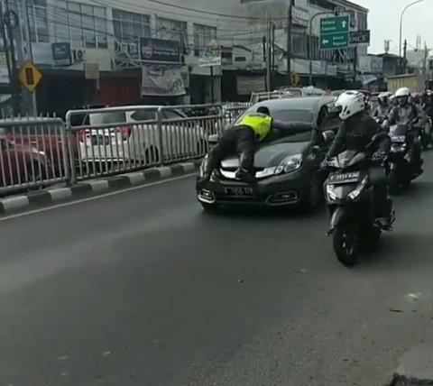 Polantas 'Nempel' di Kap Mesin Mobil di Jaksel