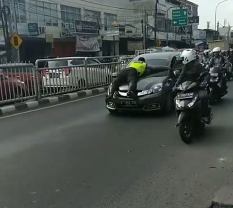 Kronologi Polantas 'Nempel' di Kap Mobil di Jaksel