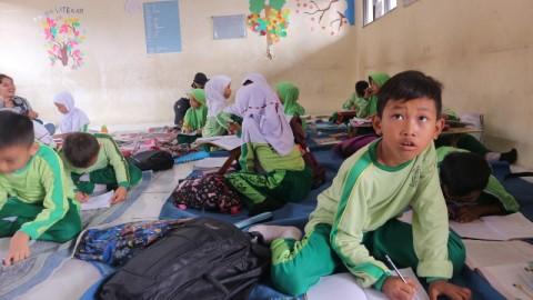 153 Siswa SDN Jatimulya Kabupaten Bekasi Belajar di Lantai