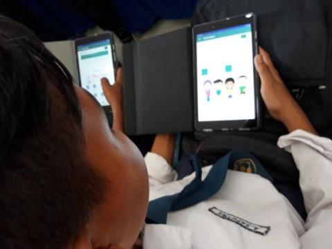 Gambar : Penggunaan sarana tablet untuk digitalisasi sekolah