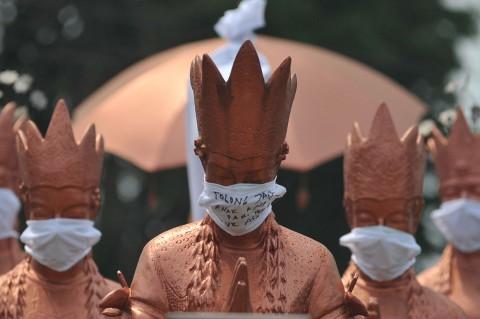 Protes Kabut Asap di Jambi, 'Patung Selamat Datang' Dipasangi Masker