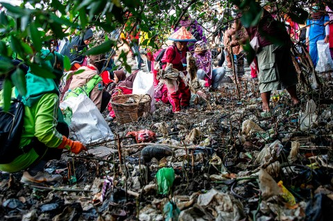 Peringati World Cleanup Day, Warga Bersih-bersih Sampah