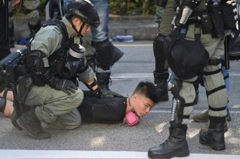 Pedemo Hong Kong Bentrok dengan Aparat di Perbatasan