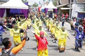 <i>Flashmob</i> Tari Pandhalungan Meriahkan Festival Egrang ke-10 di Jember