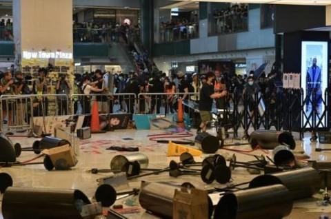 Demonstran Hong Kong Rusak Stasiun Bawah Tanah