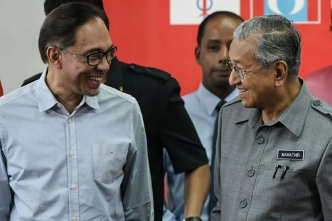 Mahathir Janji Tetap Serahkan Jabatan ke Anwar Ibrahim