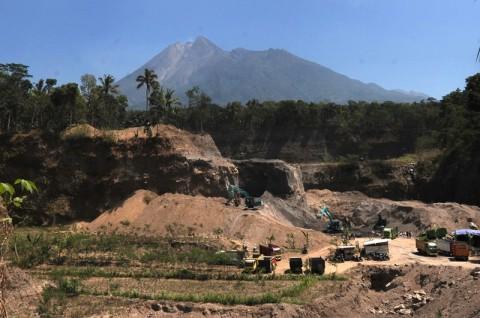 Awan Panas dan Letusan Gas Terjadi di Gunung Merapi