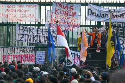 Mahasiswa Geruduk Senayan Tolak UU KPK dan RUU KUHP